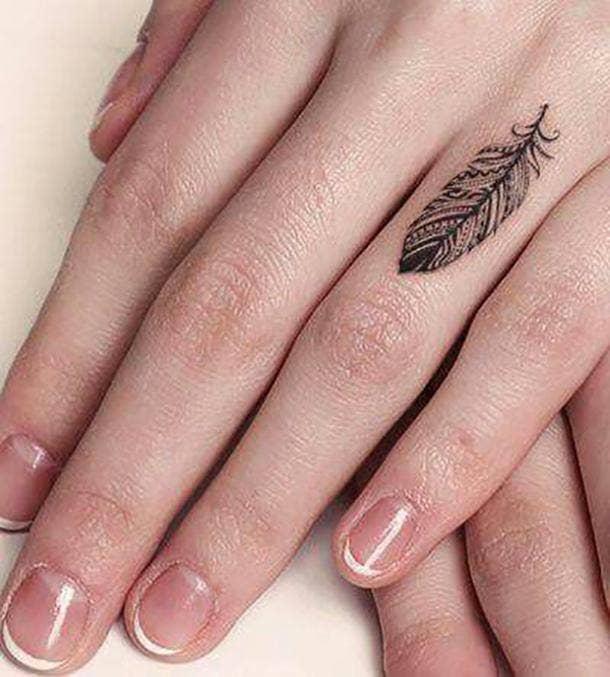 tatuaje de plumas en los dedos