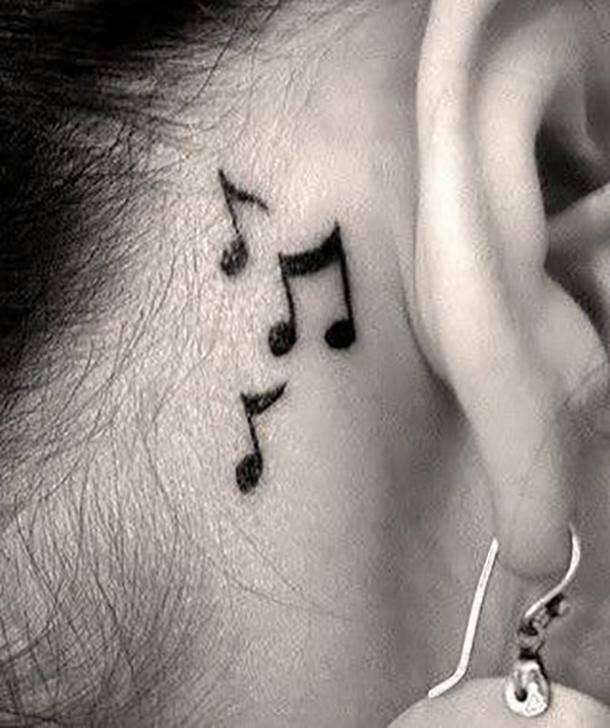 Tatuaje de notas musicales