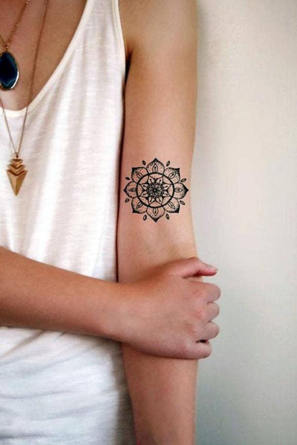 Tatuaje de mandala detallado