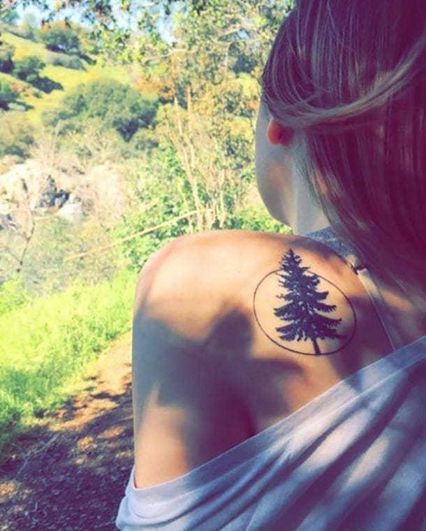 tatuaje en el hombro pino