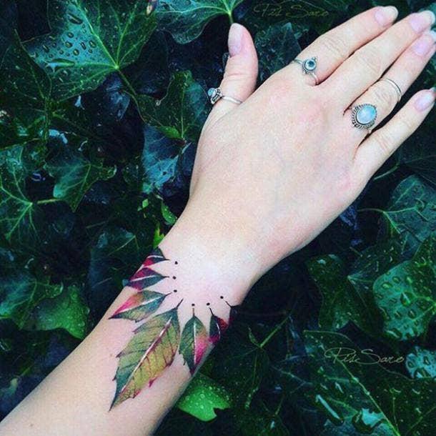 tatuaje en la muñeca colorido