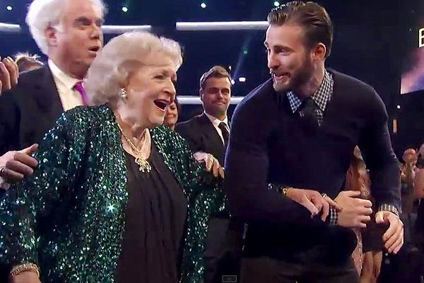 chris evans betty white peoples choice awards