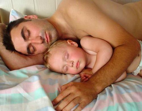 """<a href=""""http://www.inhabitots.com/co-sleeping-results-in-lower-testosterone-for-dads-which-may-mean-greater-benefits-for-kids/"""" target=""""_blank"""">inhabitots.com</a>"""