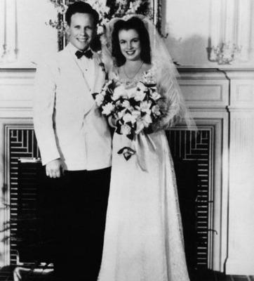 """<a href=""""http://classichollywoodcentral.com/wp-content/uploads/2012/01/On-her-wedding-day-with-Jim-Dougherty.jpg"""" target=""""_blank"""">classichollywoodcentral.com</a>"""