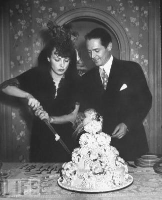 """<a href=""""http://www.lomography.com/magazine/lifestyle/2011/06/02/celebrity-wedding-cakes-in-black-and-white"""" target=""""_blank"""">lomography.com</a>"""