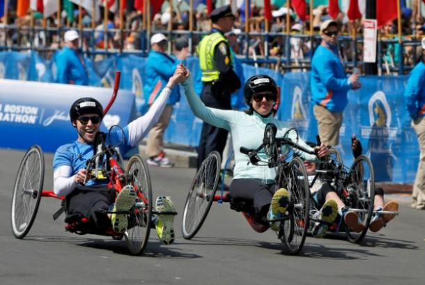 """<a href="""" http://deadspin.com/married-couple-injured-in-marathon-bombing-cross-finish-1565694193?utm_source=recirculation&utm_medium=recirculation&utm_campaign=mondayPM"""" target=""""_blank"""">deadspin.com</a>"""