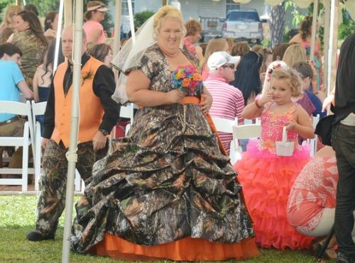 """<a href=""""http://www.eonline.com/news/415301/honey-boo-boo-wedding-mama-june-sugar-bear-did-not-get-legally-married-had-commitment-ceremony"""">eonline.com</a>"""