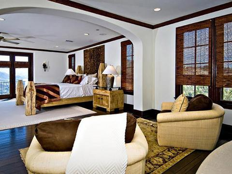 "<a href=""http://thejustinbiebershrine.com/2012/04/pictures-justin-biebers-new-house-mansion-calabasas-april-2012.html""/>Justin Bieber's Calabasas Mansion Just Sold To Khloe Kardashian</a>"
