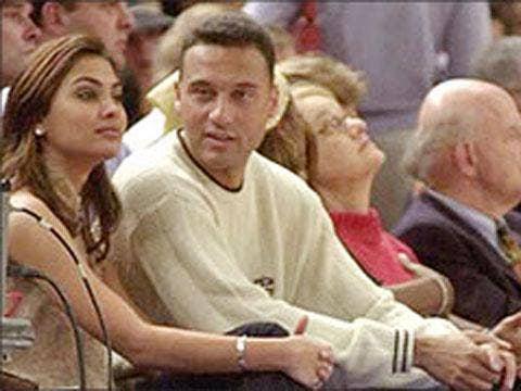 "<a href=""http://www.rediff.com/us/2001/jul/04spec.jpg"">Lara Dutta & Derek Jeter</a>"