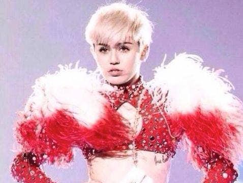 "<a href=""https://www.facebook.com/MileyCyrus/photos/a.10150123309727147.298897.5845317146/10152259885752147/?type=1&theater"" target=""_blank"">Facebook.com</a>"