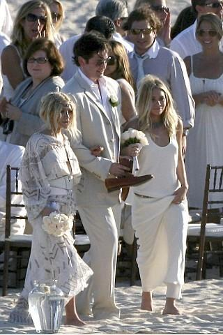 "<a href=""http://www.glamourmagazine.co.uk/news/celebrity/pictures/2007/11/14/barefoot-bridesmaids"">glamourmagazine.co.uk</a>"