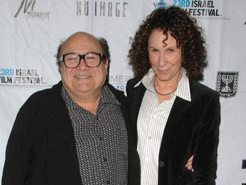"""<a href=""""http://i.huffpost.com/gen/1039862/thumbs/o-DANNY-DEVITO-RHEA-PERLMAN-RECONCILING-facebook.jpg""""/>Danny DeVito & Rhea Perlman</a>"""