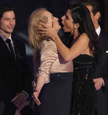 "<a href=""http://stylefrizz.com/201001/meryl-streep-wins-critics-choice-award-kisses-sandra-bullock/"">stylefrizz.com</a>"