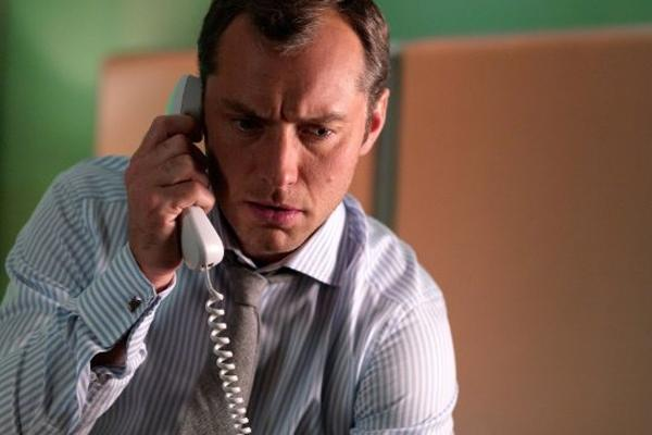 Jude Law, Jude Law talking on the phone, Jude Law movies, Jude Law movie still, Jude Law dating, Jude Law Sienna Miller, Jude Law girlfriend, Jude Law married, Jude Law nanny, Jude Law cheating, Jude Law love, commitment, fear of commitment, scared of com