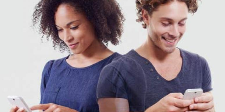 couple iphone connecting texting
