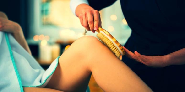 Benefits Of Dry Brushing Your Skin (And How To Do It The Right Way)