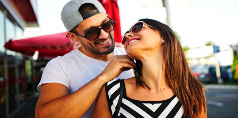 15 Signs He's A Commitment-Phobe Posing As A Hopeless Romantic
