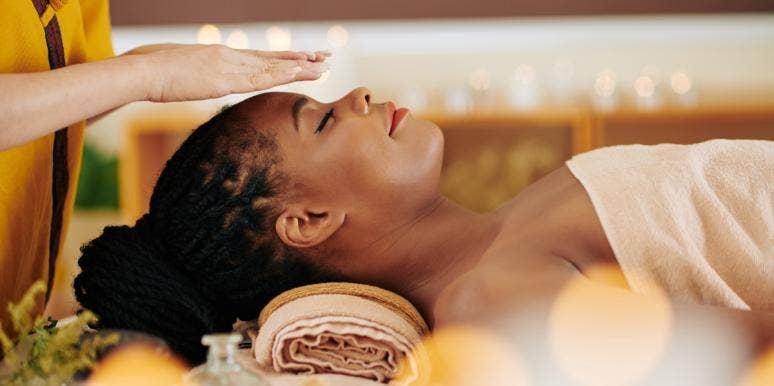 woman getting a reiki energy healing