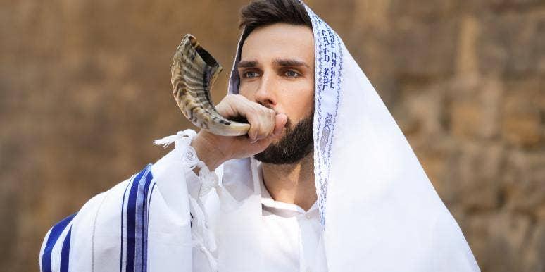 man blowing the shofar on Yom Kippur