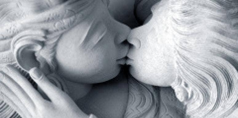 kissing statues