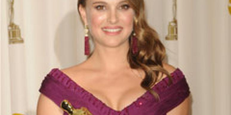 Natalie Portman holding her 2011 Best Actress Oscar statuette