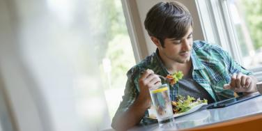 New Study Says Women Are Attracted To Men Who Eat Salads