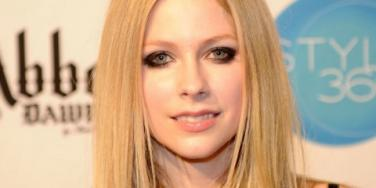 Avril Lavigne engaged