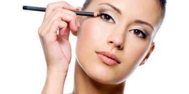 How To Apply Eyeliner For Any Type Of Date Night