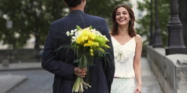 first date couple meeting in the street with flowers