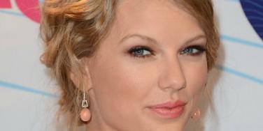 Taylor Swift introduces parents