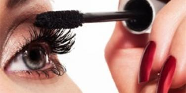 woman putting on mascara