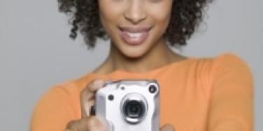 young-black-woman-taking-picture-of-herself