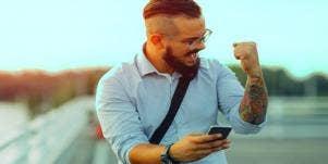 guy receiving flirty texts