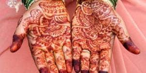 bride-hands-with-henna