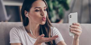 This New 'Kiss Messenger' Lets You Send Smooches Via Your iPhone